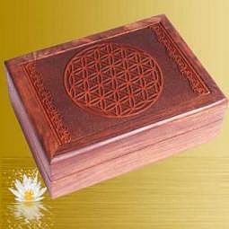 Kartenbox mit geschnitzter Blume des Lebens