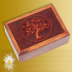 Kartenbox mit geschnitztem Baum des Lebens (Yggdrasil)
